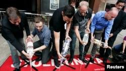 Para aktivis hak kelompok gay di California mengosongkan botol-botol vodka Rusia ke selokan sebagai protes atas adanya UU anti-gay di Rusia (1/8). (Reuters/Jonathan Alcorn)