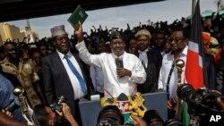 Miguna Miguna (kushoto) ambaye ni wakili wa mwanasiasa Raila Odinga wakati akijiapisha kwenye viwanja vya Uhuru Park mjini Nairobi Januari 30, 2018.