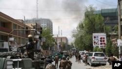 Petugas keamanan Afghanistan tiba di dekat lokasi ledakan besar di Kabul, Afghanistan, Rabu (8/5). Gerilyawan Taliban menarget kantor LSM yang berlokasi di dekat kantor jaksa agung di ibukota Kabul, kata pejabat Afghanistan. (Foto AP / Rahmat Gul)