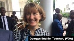 La chargée d'affaires de l'ambassade des Etats-Unis, Katherine Brucker lors de la présentation de la stratégie Agoa à Abidjan, le 30 octobre 2017. (VOA/Georges Ibrahim Tounkara)