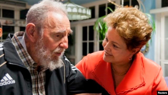 Brazil's President Dilma Rousseff (R) talks to former Cuban President Fidel Castro during a meeting in Havana, Jan. 27, 2014.