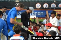 Australian cricket legend Glenn McGrath interacts with young cricketers at Citi Field in New York, Nov. 7, 2015. (Chandana Gadiraju/VOA)