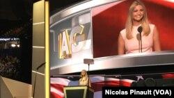 Ivanka Trump introduit son père Donald Trump pour son discours d'investiture comme candidat républicain à la présidentielle d'octobre 2016, à Cleveland, Ohio, 21 juillet 2016. (VOA/Nicolas Pinault).