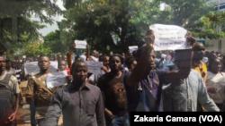 Une marche des journalistes guinéens contre la Haute autorité de la communication, en 2017, à Conakry. (VOA/Zakaria Camara)