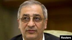 El portador del polémico cheque, Tahmasb Mazaheri, fue en una época titular del Banco Central de Irán.