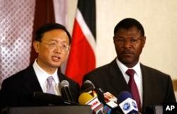 Le chef de la diplomatie chinoise Yang Jiechi et son homologue kényan Moses Wetangula à Nairobi