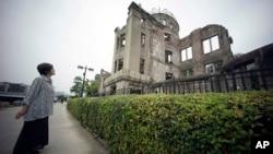 지난 1945년 일본 히로시마 원자 폭탄 투하 당시 생존자가 히로시마 평화기념공원내 '원폭 돔'을 올려다보고 있다. (자료사진)