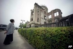 1945年原子弹爆炸的幸存者公江三原看着广岛原子弹和平纪念圆塔。(2015年3月7日)