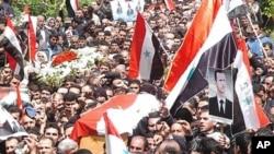 정부군의 무력진압에 항의하는 반정부 시위대들