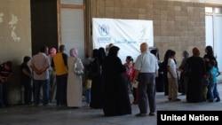 Syrian refugees wait to be registered by UNHCR staff in Lebanon. (© UNHCR/M.Abu Asaker)