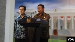 Juru Bicara Presiden Julian Aldrin Pasha dan Mensesneg Sudi Silalahi mengumumkan tanggapan Presiden terkait pengunduran diri Gita Wirjawan sebagai Menteri Perdagangan, Sabtu (1/2). (VOA/Andylala)