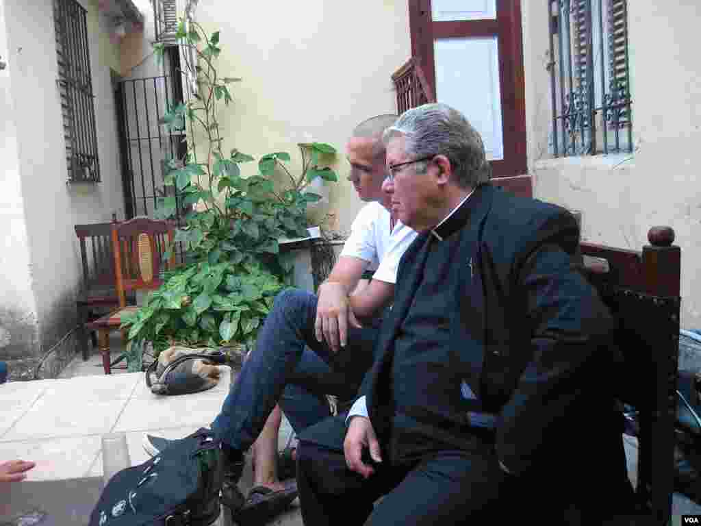 EL sacerdote católico José Conrado Rodríguez Alegre escucha las discusiones de los disidentes durante la visita del Papa a La Habana, Cuba. (VOA - J. Socolovsky)