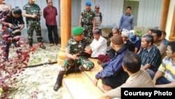 Pangdam Iskandar Muda Mayjen TNI Agus Kriswanto berdialog dengan sebagian warga desa Suka Makmur, kecamatan Gunung Meriah, Singkil, Aceh hari Rabu 14/10 (foto: courtesy Radio XTRA FM Singkil).