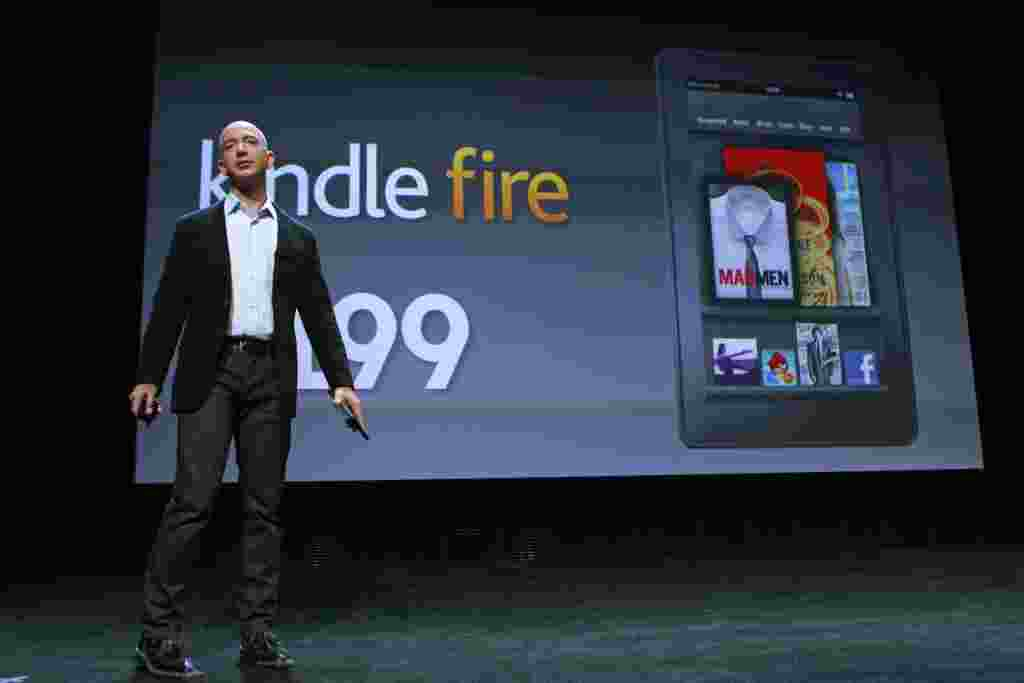 """El tablet """"Kindle Fire"""" fue presentado por Jeff Bezon, gerente general de Amazon, durante un evento en Nueva York, el 28 de septiembre de 2011."""