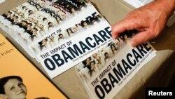 """Un miembro del Tea Party prepara un panfleto sobre """"El impacto del Obamacare"""" en Littleton, New Hampshire, en octubre de 2012."""