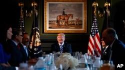 Presiden Donald Trump berbicara dalam dengan para pemimpin negara bagian di Trump National Golf Club di Bedminster, New Jersey, untuk membahas mengenai reformasi lembaga pemasyarakatan, 9 Agustus 2018.