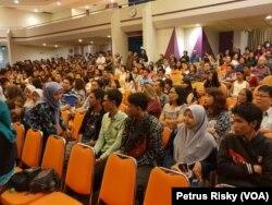 Sejumlah pemuda lintas agama menghadiri perayaan Natal bersama GPPS Betlehem Jemaat Kutisari Surabaya. (Foto: VOA/Petrus Riski)