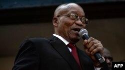 L'ancien président sud-africain Jacob Zuma s'est adressé aux sympathisants rassemblés devant la Haute Cour du KwaZulu-Natal à Durban le 6 avril 2018