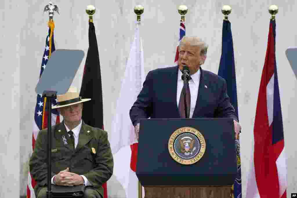 លោកប្រធានាធិបតី Donald Trump ថ្លែងក្នុងពិធីរំឭកខួបគម្រប់ ១៩ ឆ្នាំនៃការវាយប្រហារភេរវកម្មថ្ងៃទី១១ ខែកញ្ញា ឆ្នាំ២០០១ នៅឯទីរំឭកវិញ្ញាណក្ខន្ធអ្នកដែលបានស្លាប់ក្នុងយន្តហោះជើងហោះហើរលេខ៩៣ នៅទីក្រុង Shanksville រដ្ឋ Pennsylvania នៅថ្ងៃសុក្រ ទី១១ ខែកញ្ញា ឆ្នាំ២០២០។ (AP)