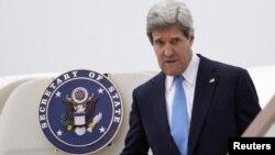 El secretario de Estado llega al aeropuerto de Stansted, cerca de Londres. Tras la reunión del G-8, Kerry viajará a Corea del Sur, China y Japón.