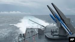 台灣海軍一艘配備標準-2艦對艦導彈的紀德級驅逐艦在高雄附近海岸演習。 (2013年5月16日)