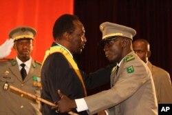 Le président Traoré reçoit les félicitations du chef de la junte, le capitane Sanogo (12 avril 2012)
