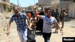30일 이라크 모술 올드시티 북부에서 정부군과 수니파 무장단체 ISIL 간 교전이 계속되는 가운데 주민들이피난하고 있다.