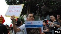有示威者高舉標語,呼籲大陸遊客罷遊香港