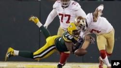 Mike Daniels de los Empacadores de Green Bay atrapa al quarterback de los 49ers, Colin Kaepernick, durante la segunda mitad del juego que ganó San Francisco.
