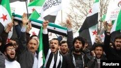 Istanbulda namoyishchilar Suriya prezidenti Bashar al-Assad hukumatiga qarshi shiorlar aytmoqda, 15-mart, 2013-yil, Turkiya.