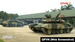 """Xe tăng T-90S/SK được trình chiếu với """"cặp mắt đỏ"""" bật sáng."""