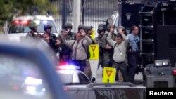 16일 미국 워싱턴의 해군 시설에서 총격 사건이 발생한 가운데, 현장에 있던 사람들이 군인들의 통제 속에 대피하고 있다.