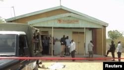 肯尼亞安全部隊星期一在肯尼亞北部城市加里薩的一座非洲內陸教堂發生爆炸後進行戒備