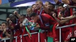 Cristiano Ronaldo se lesionó en los primeros minutos del partido, sacándolo del partido.
