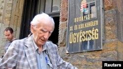 Mantan polisi Hungaria, Laszlo Csatary, yang didakwa atas tuduhan menyiksa warga Yahudi selama perang Dunia II, meninggalkan gedung pengadilan di Budapest 18 Juli 2012 (Foto: dok). Laszlo Csatary meninggal dunia dalam usia 98 tahun akibat radang paru-paru, Sabtu (10/8).