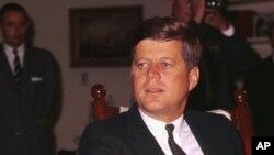 Tổng thống Kennedy, một Tổng thống được dân chúng Mỹ mến mộ, bị ám sát vào ngày 22 tháng 11 năm 1963 tại Dallas, Texas.