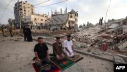 Người Palestine cầu nguyện.