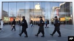 保安人員在中國北京的蘋果商店前巡邏(2019年3月6日)