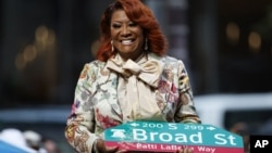 Penyanyi Patti LaBelle tersenyum saat menerima papan nama jalan bertuliskan namanya, sebagai penghargaan khusus dari pemkot kota Philadelphia, AS, 2 Juli 2019. (AP Photo/Matt Slocum)