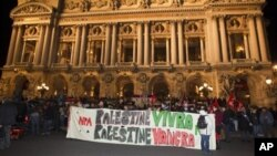 Para demonstran pro-Palestina di Paris, Perancis membawa spanduk bertuliskan: 'Palestina akan tetap jaya, Palestina akan menang' (foto: dok). Aksi demonstrasi pro-Palestina berlangsung di kota-kota besar Eropa.