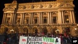 Những người biểu tình đổ ra đường phố Paris và những thành phố khác tại Pháp.