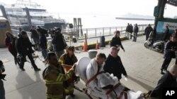 9일 미국 뉴욕항에서 구조요원들이 '시스트리크 월 스트리트' 호 충돌사고 부상자들을 옮기고 있다.'