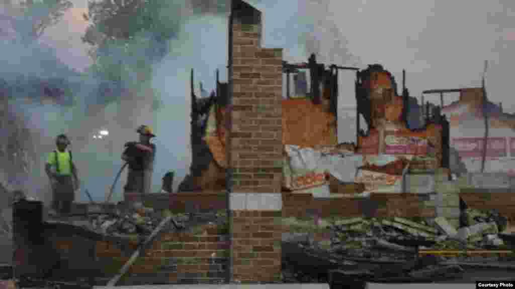 Petugas pemadam kebakaran berada di lokasi kebakaran, masjid Islamic Society of Joplin, Missouri (foto: Alvian Salim).