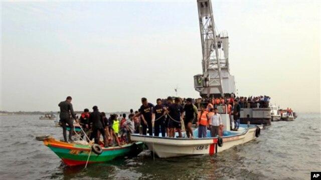 Anggota Angkatan Laut Bangladesh membantu pencarian korban kapal ferry yang terbalik di sungai Meghna, Munshiganj, selatan Dhaka, Bangladesh, 8 Februari 2013. (AP Photo/A.M. Ahad)
