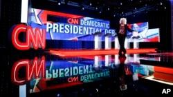 지난 13일 밤 미국 민주당 대선 후보 첫 TV 토론회가 열린 라스베가스 CNN 방송국 스튜디오.