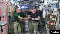 Astronot NASA Scott Kelly (Kanan) dan Tim Kopra dalam serah terima komando International Space Station kepada Kopra, 29 Feb 2016