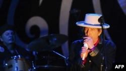 Bob Dylan trình diễn trên sân khấu của Đại học RMIT ở Việt Nam, ngày 10/4/2011