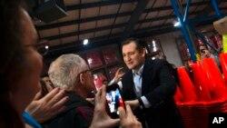 Ứng cử viên Đảng Cộng hòa, Thượng nghị sĩ Ted Cruz, chào hỏi người ủng hộ trước khi phát biểu tại một điểm dừng chân trong hành trình vận động ở Oshkosh, bang Wisconsin, ngày 25 tháng 3, 2016.