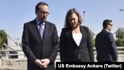 ABD Dışişleri Bakan Yardımcısı Victoria Nuland, günübirlik çalışma ziyareti kapsamında geldiği Ankara'da 10 Ekim günü bombalı saldırı düzenlenen Ankara Garı önüne kırmızı karanfiller bıraktı.