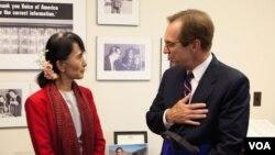 Bà Aung San Suu Kyi nói chuyện với Giám đốc đài VOA David Ensor